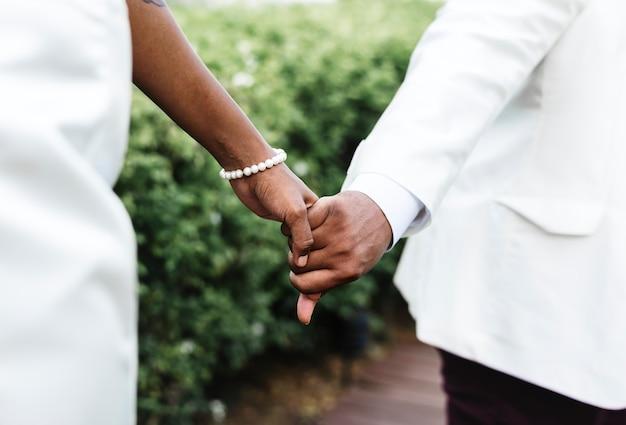 Casal americano africano se casar em uma ilha