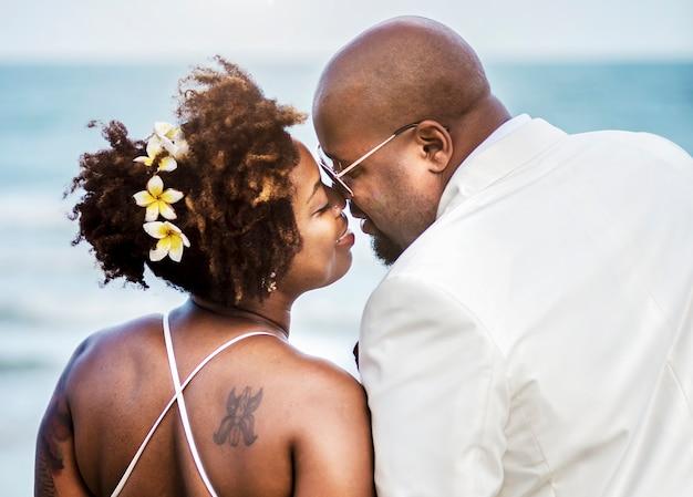 Casal americano africano se casar na praia