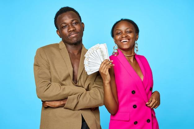 Casal americano africano, senhora, segurando dinheiro