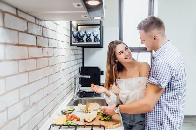 Casal amor prepara jantar romântico na cozinha com produtos