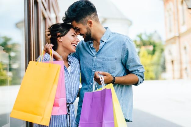 Casal amoroso atraente e feliz aproveita o tempo para fazer compras juntos