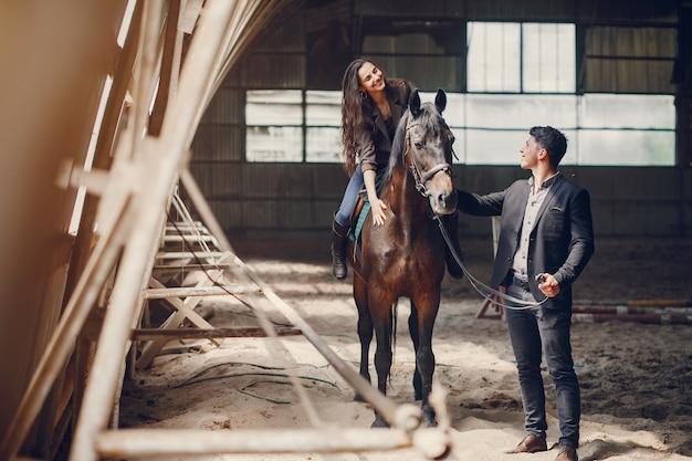 Casal amoroso bonito com cavalo na fazenda