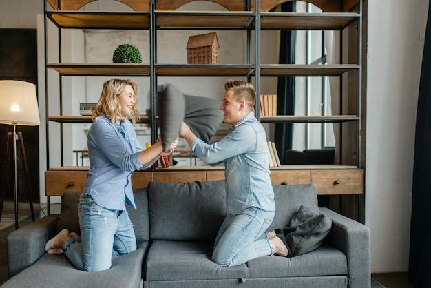 Casal amoroso engraçado encenava brigas nos travesseiros
