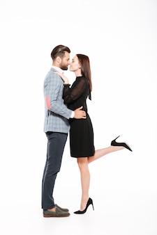 Casal amoroso jovem feliz abraçando isolado