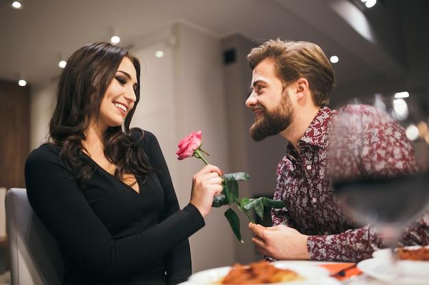 Casal amoroso no restaurante com data