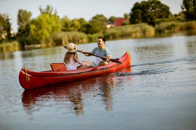 Casal amoroso remando no lago