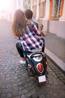 Casal andando de moto na cidade
