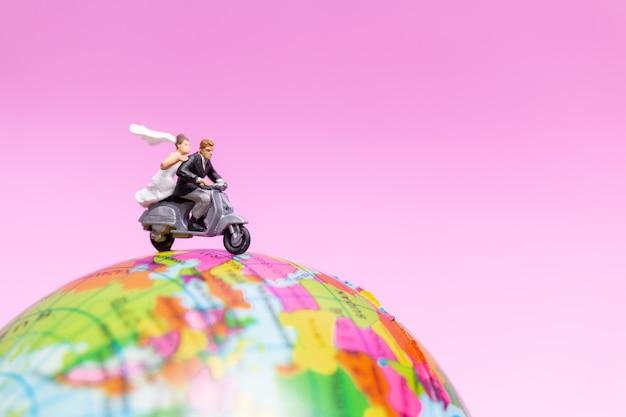 Casal andando de moto na the globe, conceito de dia dos namorados