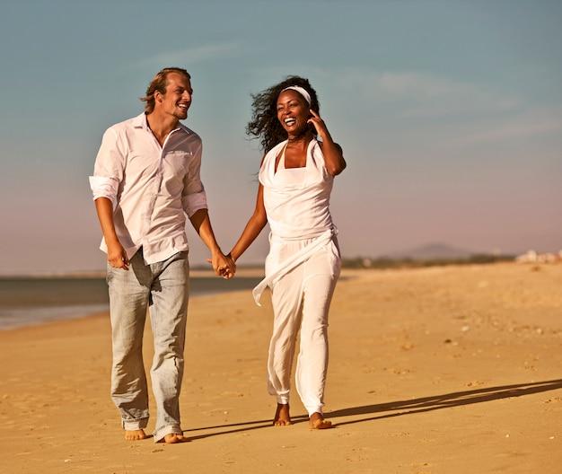 Casal andando e correndo na praia