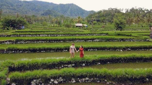 Casal andando em um campo de ascensão em um bali