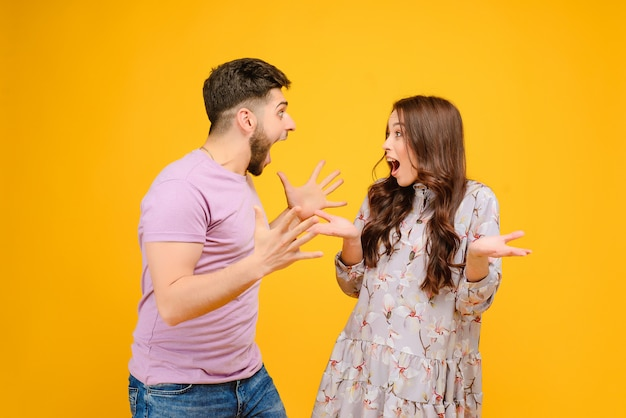 Casal animado e surpreso homem e mulher gritando isolado