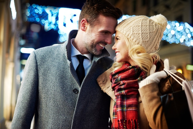 Casal apaixonado à noite na cidade