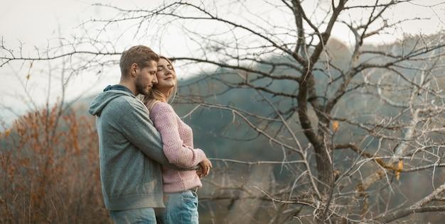 Casal apaixonado abraçado desfrutar