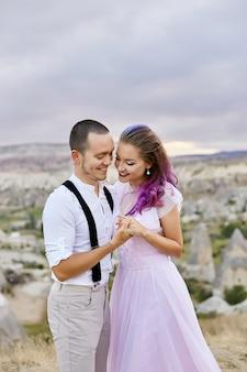 Casal apaixonado, abraçando a manhã na natureza. relacionamento e amor homens e mulheres. bela natureza e paisagem, ternura em contato