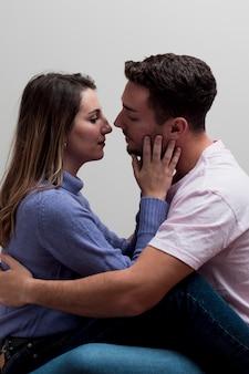 Casal apaixonado, abraçando e beijando