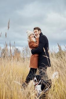 Casal apaixonado, abraçando em campo, paisagem de outono
