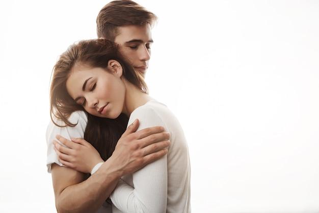 Casal apaixonado, abraçando, mostrando seus sentimentos um ao outro.