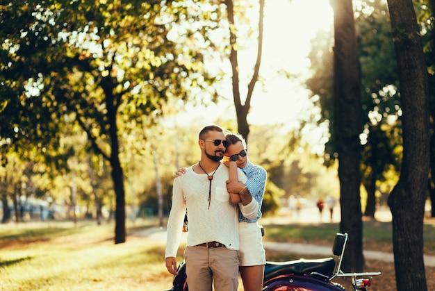 Casal apaixonado abraçando no pôr do sol