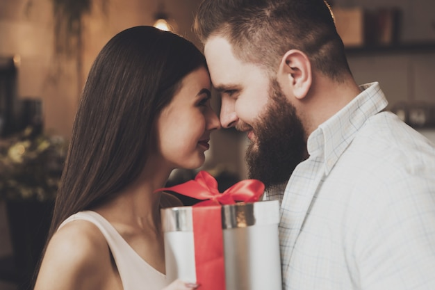 Casal apaixonado abraçando olha uns aos outros os olhos