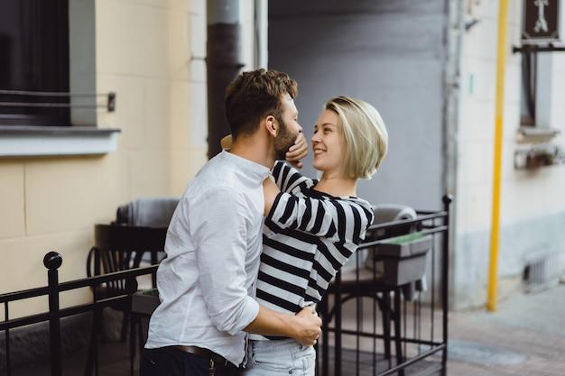 Casal apaixonado, abraçando-se na rua