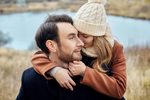 Casal apaixonado, abraçando-se no campo, outono