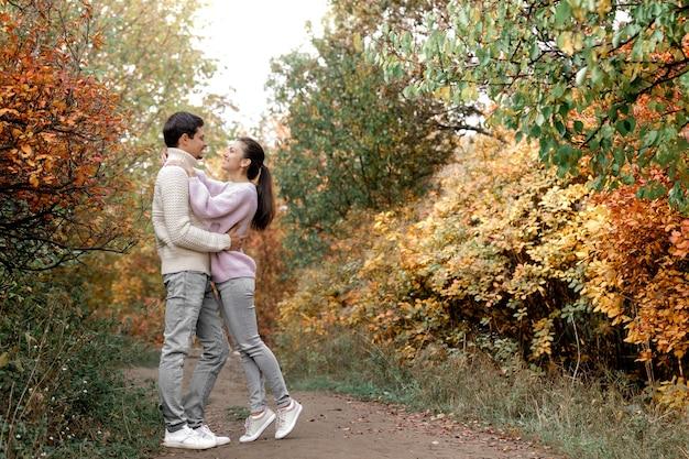Casal apaixonado, abraçando-se num lindo dia de outono no parque. momentos felizes da vida