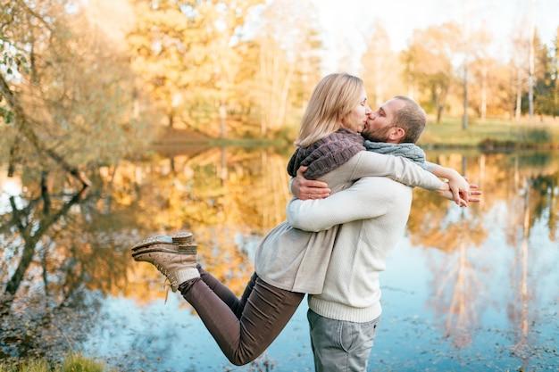 Casal apaixonado abraços e beijos na natureza.