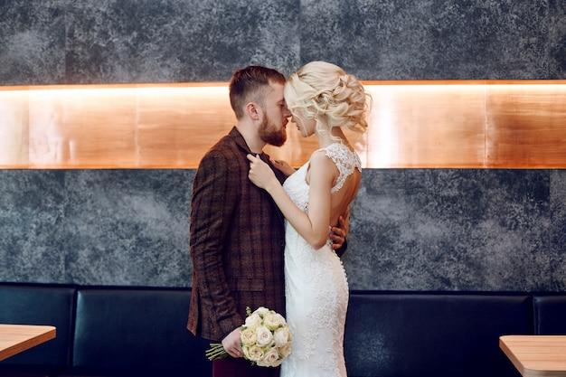 Casal apaixonado abraços e beijos no dia do casamento
