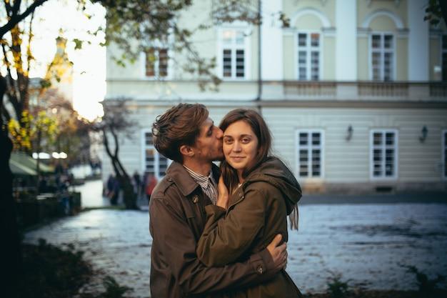 Casal apaixonado anda pela cidade no primeiro encontro