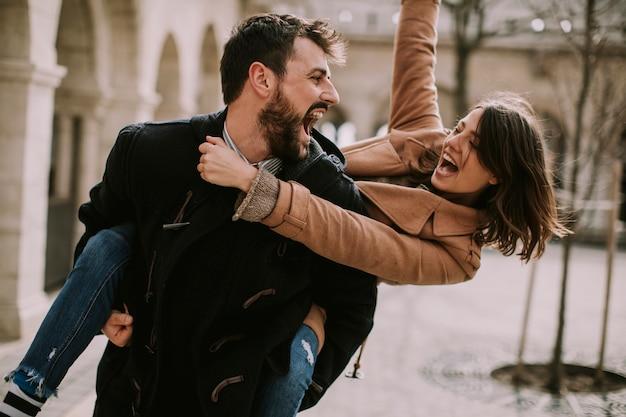 Casal apaixonado andando e se divertindo em budapeste, hungria