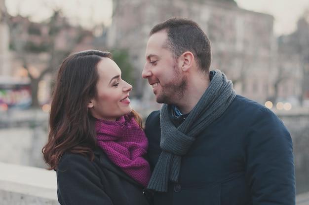 Casal apaixonado andando em roma