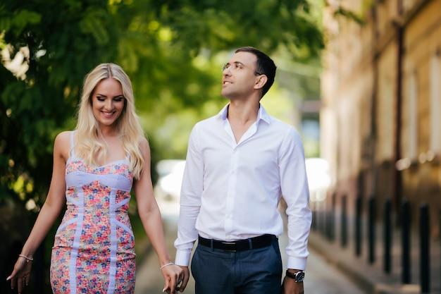 Casal apaixonado andando na cidade. lviv