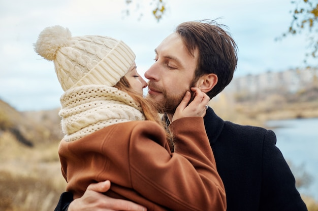 Casal apaixonado andando no parque, dia dos namorados. um homem e uma mulher abraçam e beijam, um casal apaixonado, ternos sentimentos e amor, amantes