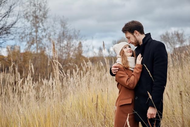 Casal apaixonado andando no parque, dia dos namorados.