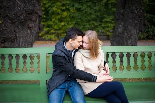 Casal apaixonado andando no parque.