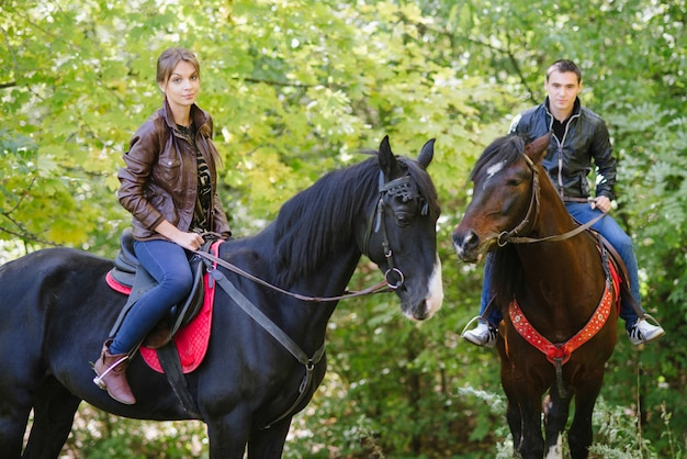 Casal apaixonado, andar a cavalo