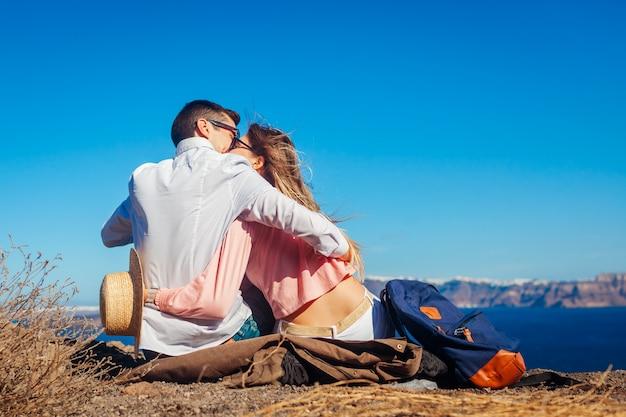 Casal apaixonado, apreciando a paisagem do mar em lua de mel