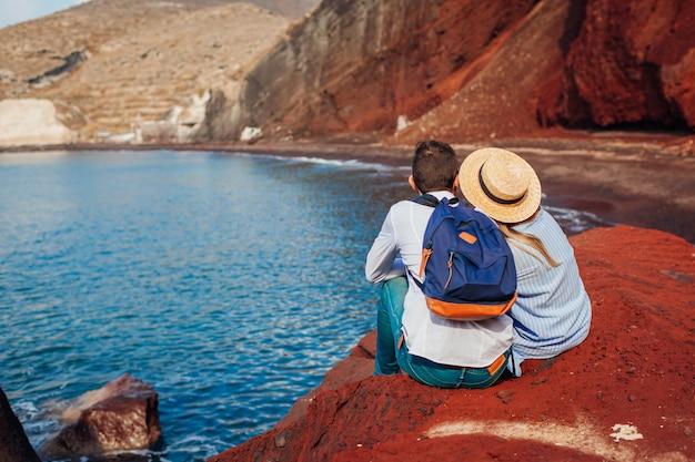 Casal apaixonado, aproveitando a lua de mel na praia vermelha