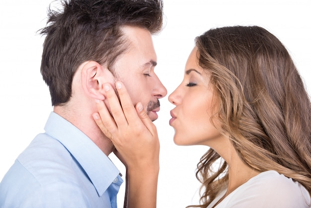 Casal apaixonado beijando, isolado