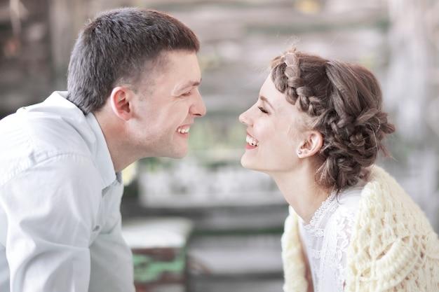 Casal apaixonado brincando um com o outro em uma vida familiar elegante na sala de estar