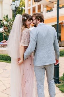 Casal apaixonado, caminhando em uma villa de luxo, enquanto celebra o casamento.