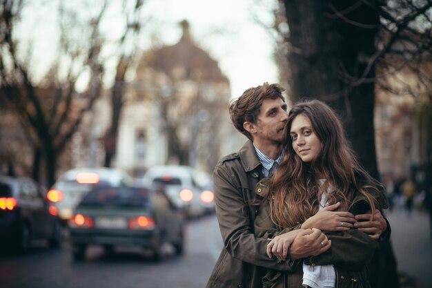Casal apaixonado caminhando pela cidade antiga
