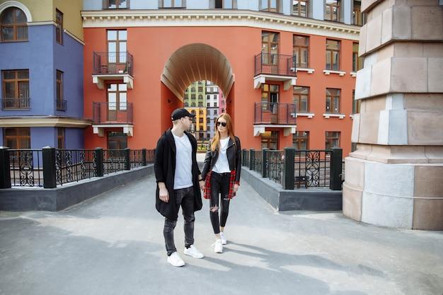 Casal apaixonado. casal apaixonado desfrutando em momentos de felicidade na cidade.