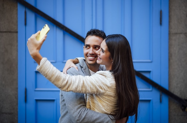 Casal apaixonado caucasiano fazendo uma selfie