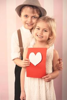 Casal apaixonado com cartão de dia dos namorados