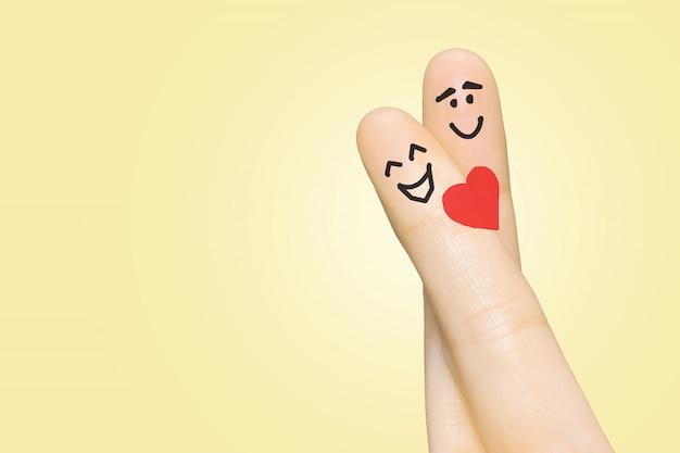 Casal apaixonado com os dedos