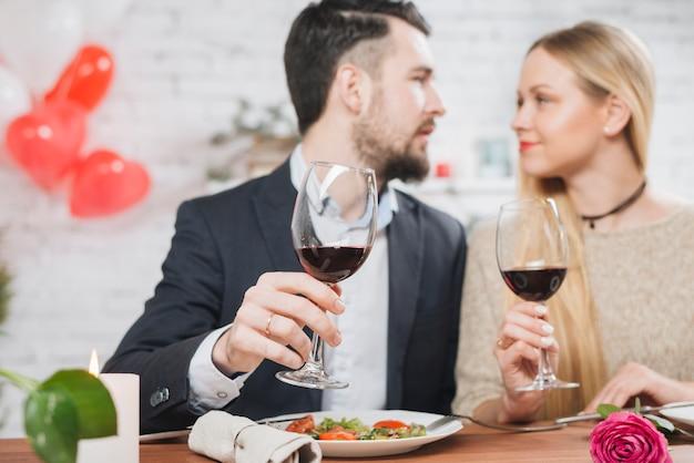 Casal apaixonado comemorando aniversário