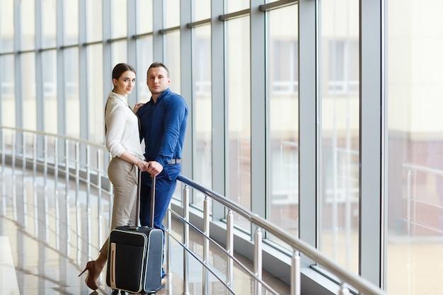 Casal apaixonado de férias. casal dançando no aeroporto.