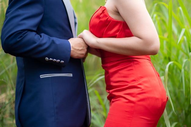 Casal apaixonado, de mãos dadas juntos no exterior