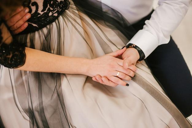 Casal apaixonado, de mãos dadas